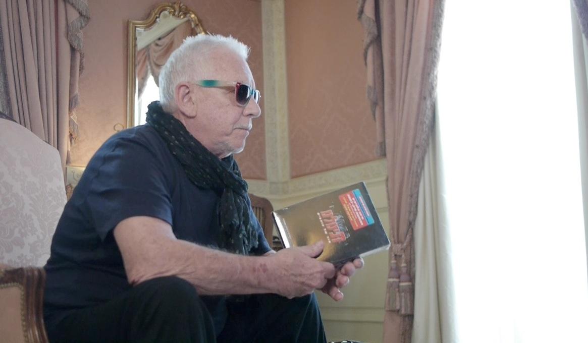 אירק ברדון משנן את המילים של תנו לי תנו לי רוקנרול לקראת בואו ארצה  לביקורת הדרכונים